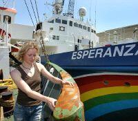 Acción de Greenpeace en un buque pirata en Las Palmas contra la pesca ilegal