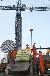La acción de Greenpeace y ANSE en la desaladora de Valdelentisco (Murcia) termina con diez detenidos