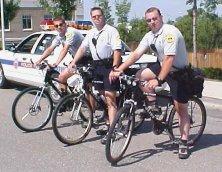 La alcaldesa de un pueblo de Valencia obliga a los tres policías locales a ir en bici para ahorrar